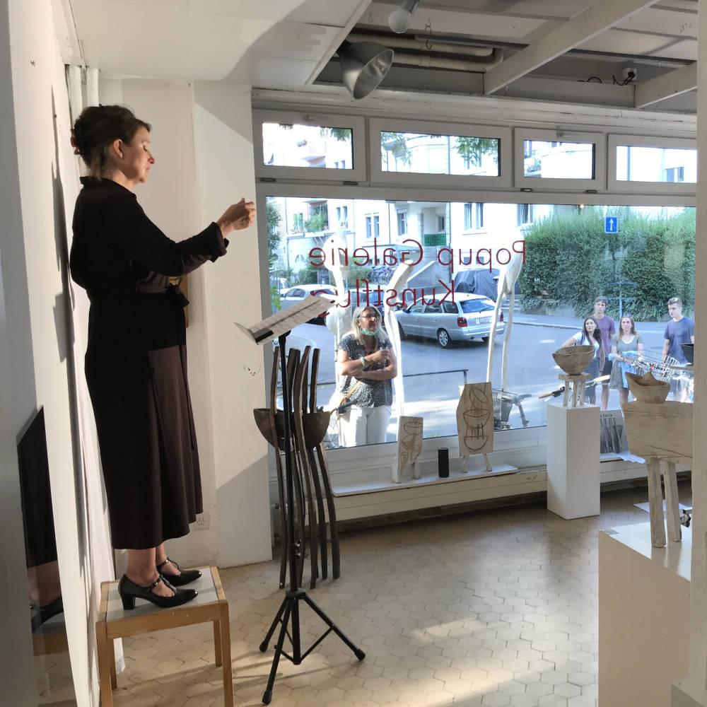 Simona Ryser singt in der Galerie Kunstflug