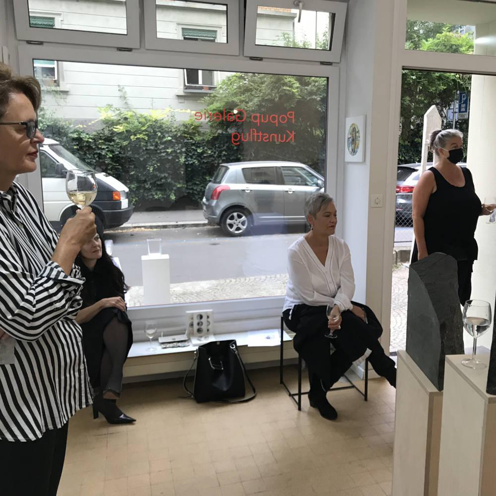 Aufmerksame Zuhörerinnen bei der Lesung von Vitoria Pinto